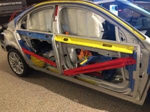 """Bild på en """"uppskuren"""" Volvo S80, för att visa vilka säkerhetsdetaljer som finns i dem. Observera särskilt de olik färgade balkarna, färgen anger deras hållfasthet, dvs om det är fråga om högfasthetsstål eller t.o.m. ultra-högfasthetsstål. Det är dessa balkar som skyddar ditt liv vid en sidokollision tillsammans med bl.a. krockkuddarna."""