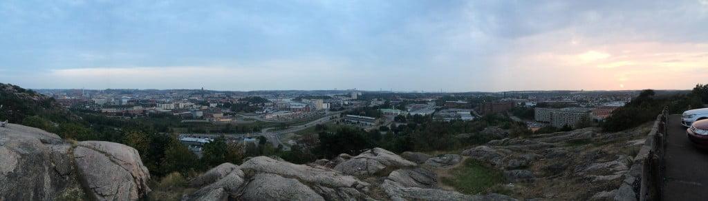 Sagt och gjort, här befinner vi oss uppe på Ramberget i Göteborg. Utsikten är fantastik härifrån ut över staden.